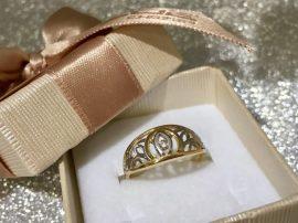 Fehér-sárga arany köves gyűrű áttört mintával Au 906